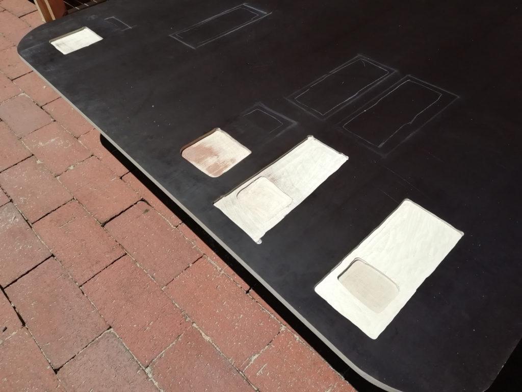 Aussparungen an der Rückseite der Bodenplatte für die Sitzbankaufnahmen