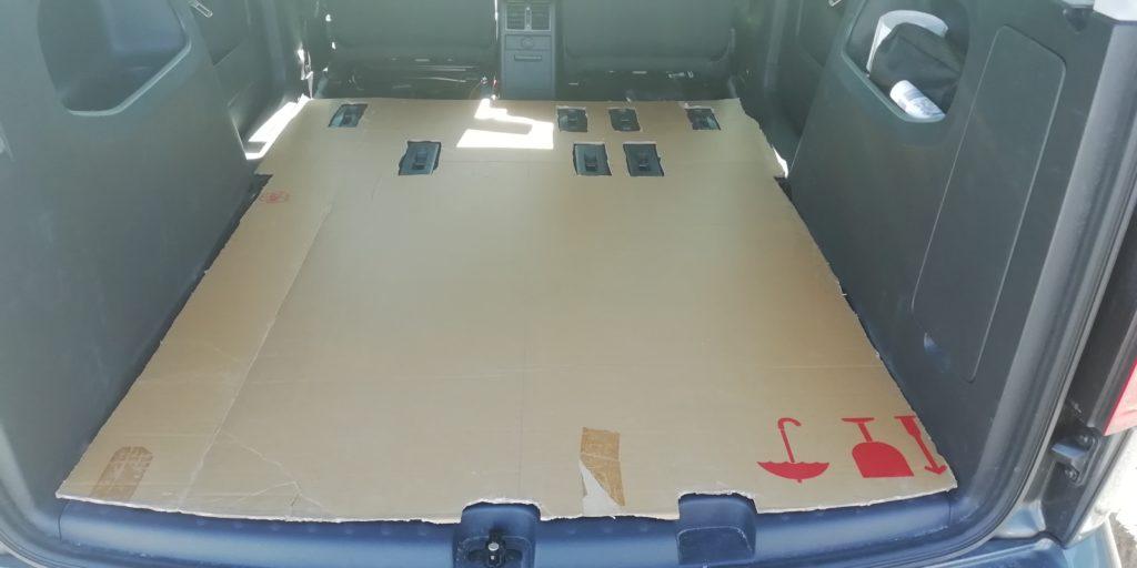Schablone aus Karton für die Bodenplatte im Caddy