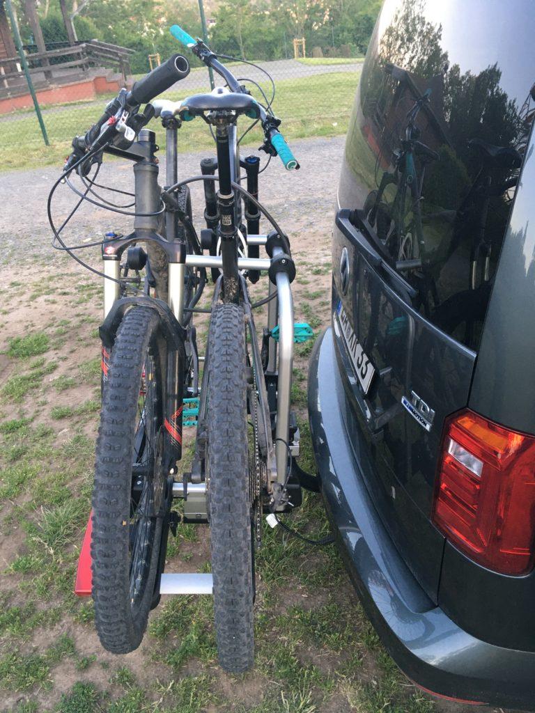 Übler i21 am Caddy mit zwei Mountainbikes